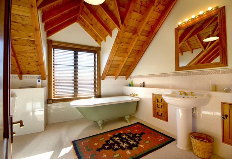Picture of bathroom with tub and basin