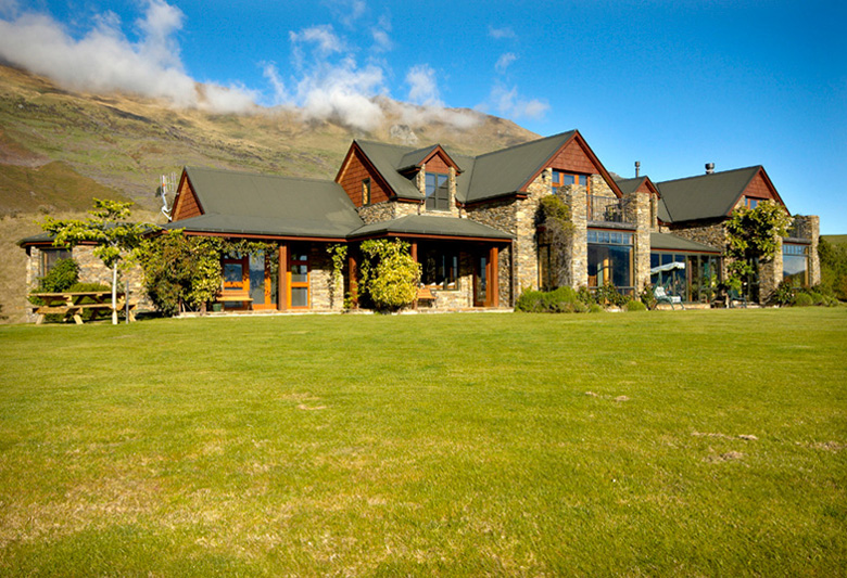 Picture of Mount Aspiring Rd residence as seen from lawn